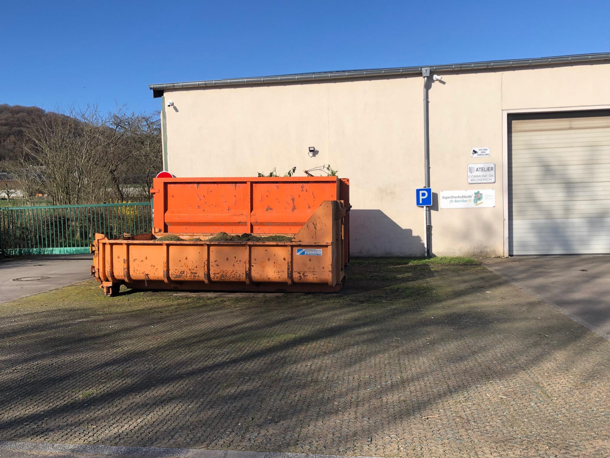 container devant l'atelier communal