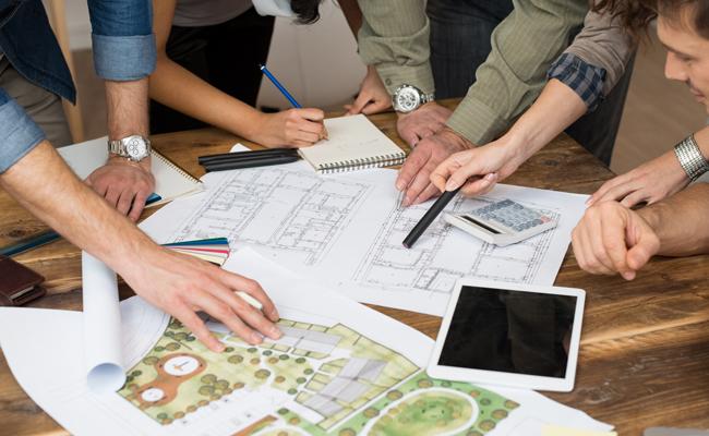 architectes penchés sur des plans